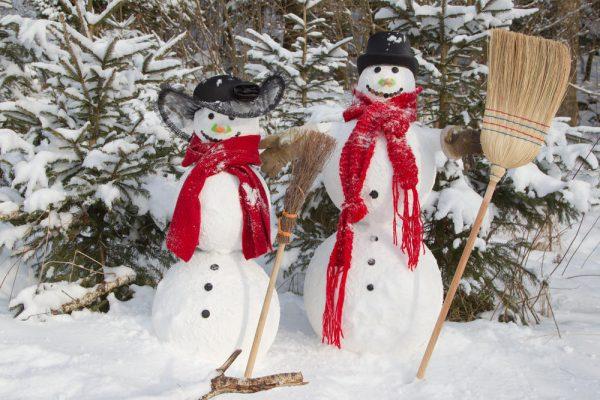 Снеговики как украшение участка