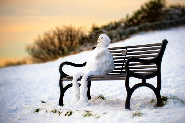 Снеговик на скамейке