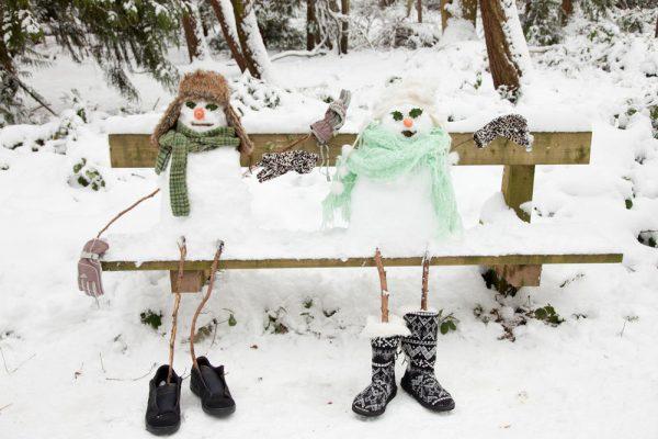 Снежная пара на скамейке
