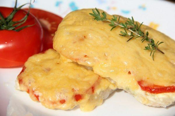 Отбивные из говядины с помидорами под сыром