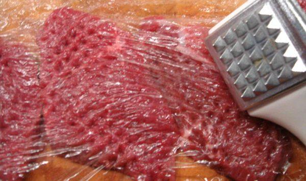 Отбивание кусочков говядины
