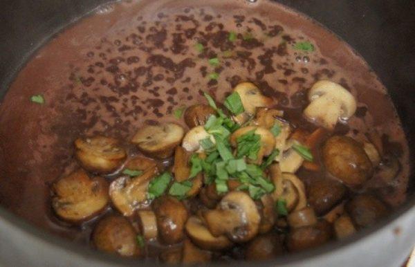 Приготовление винного соуса с грибами для говяжьего стейка