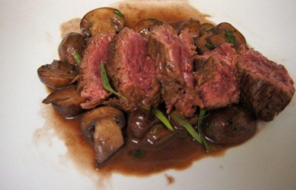Говяжий стейк в винно-грибном соусе