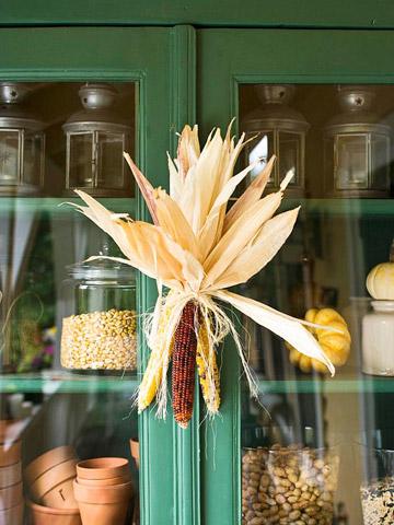 Связка кукурузы на дверке шкафа