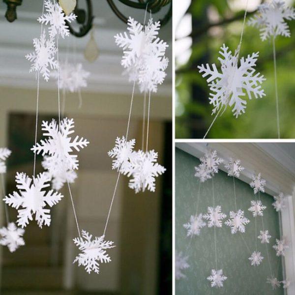 Снежинки из бумаги на окнах