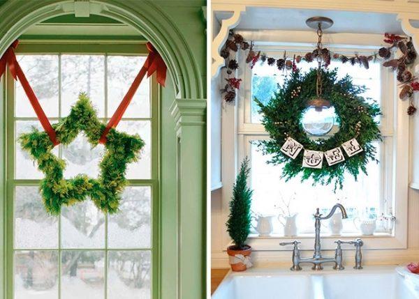 Рождественские венки в украшении окна