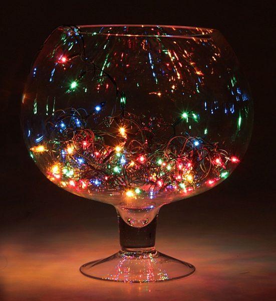 Стеклянная ваза и гирлянда