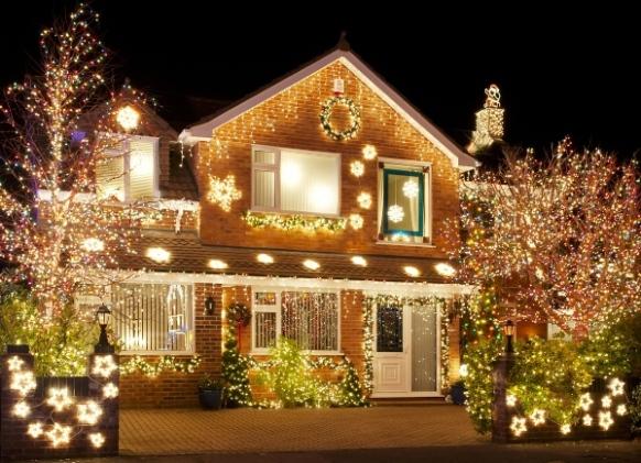 Рождественский венок на стене