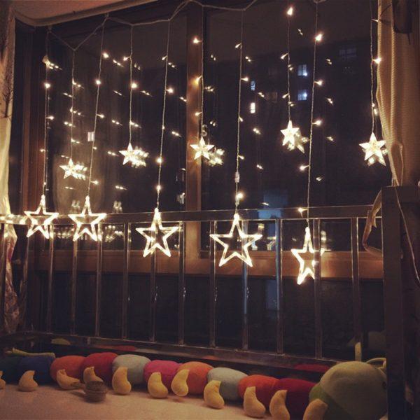 Большие звёзды на окне