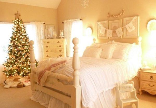 Красочная ёлка в комнате