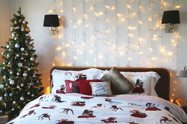 Большая ёлка в спальне
