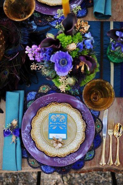 Стол фиолетового цвета