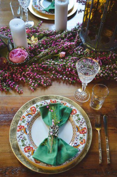 Яркие цветы и селеная салфетка