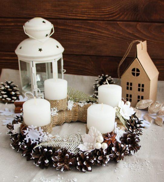 Венок из шишек со свечами