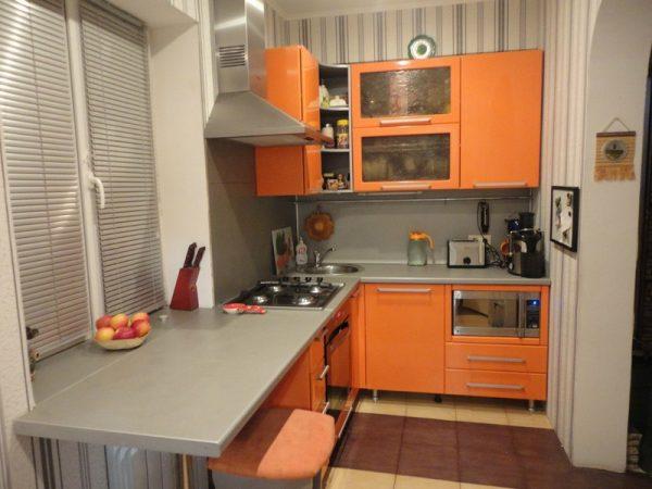 Оранжевый гарнитур на кухне