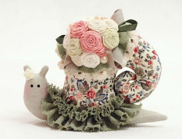 Тильда, украшенная цветами