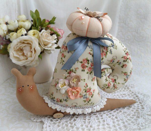 Тильда-улитка с цветами на раковине