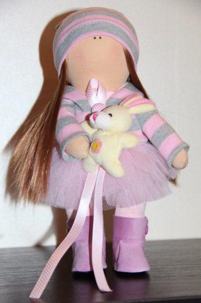 Розовый наряд у куклы
