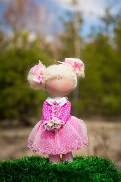 Розовые бантики у куколки
