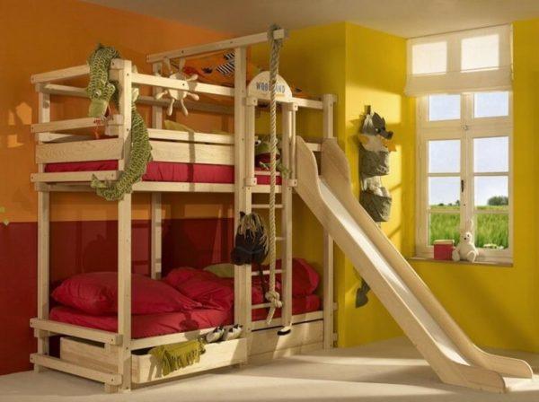 Небольшой спортивный комплекс в комнате для двоих детей