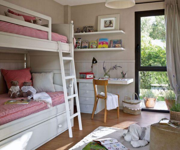 Белая кровать в комнате для двух детей