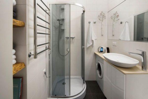 Большая ванная комната с душевой кабинкой