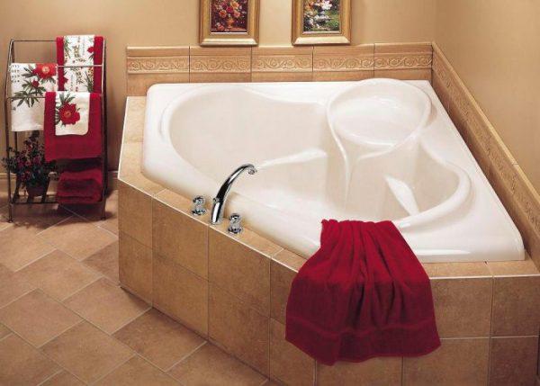 Угловая ванна с сиденьем