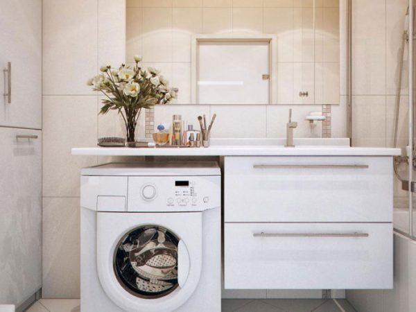 Широкая столешница над стиральной машинкой
