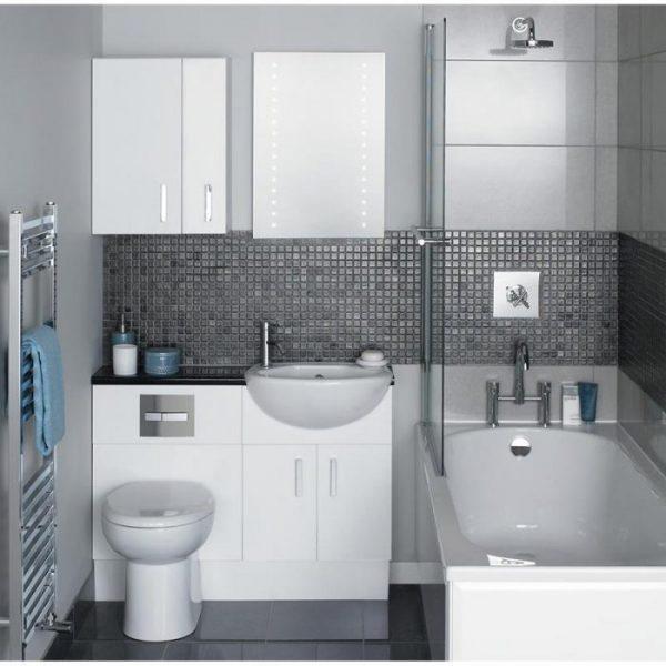 Небольшая ванная комната с белой мебелью и сантехникой