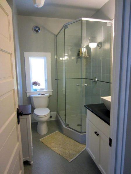 Дизайн ванной комнаты с туалетом и душевой кабинкой