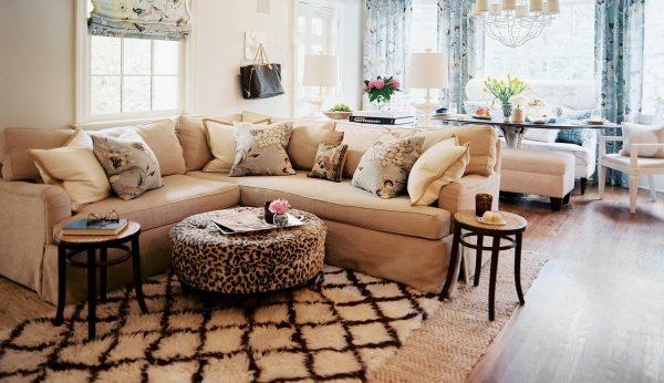 Светлый угловой диван с подушками