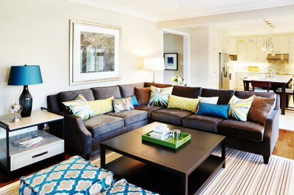 Много подушек на большом диване