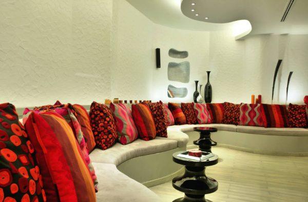 Много красных подушек