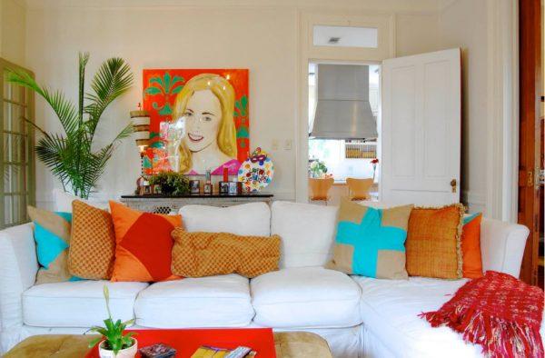 Яркие подушки в светлом интерьере