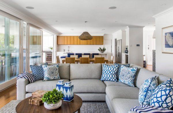 Синие узоры на сером диване