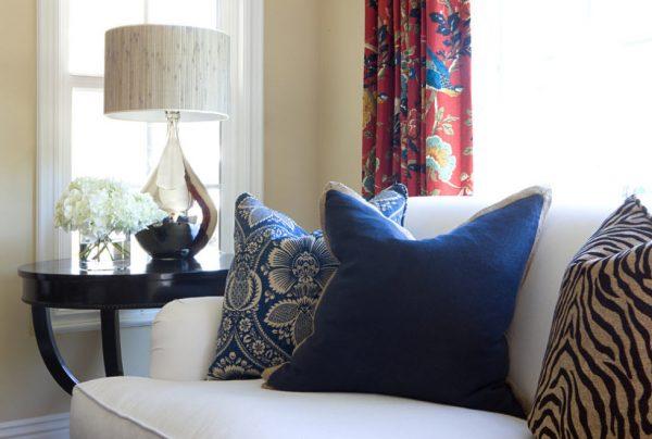 Синие подушки на белом диване