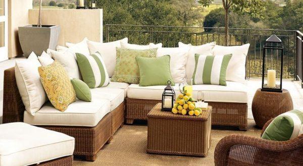 Уютный диван с мягкими подушками