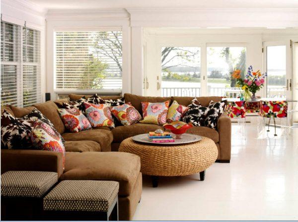 Большой диван и много подушек
