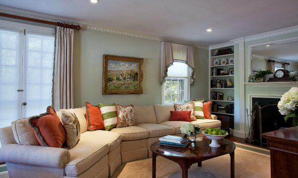 Светлый диван и яркие наперники