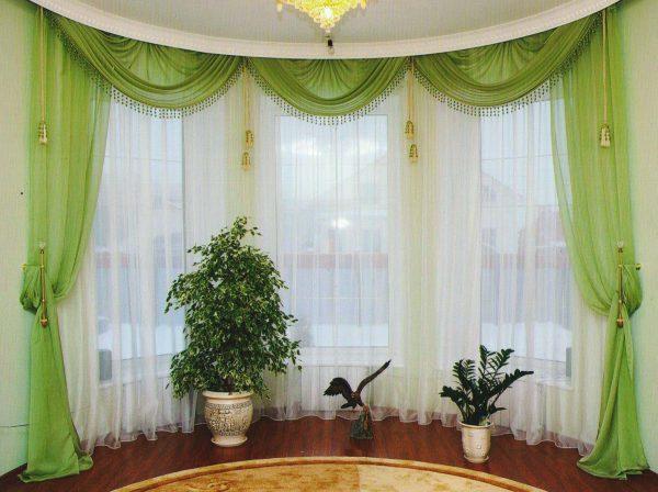 Широкое окно с ламбрекенами