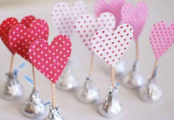 Конфеты с бирками-сердечками