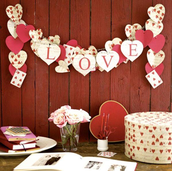 Гирлянда из сердечек со словом «Love»