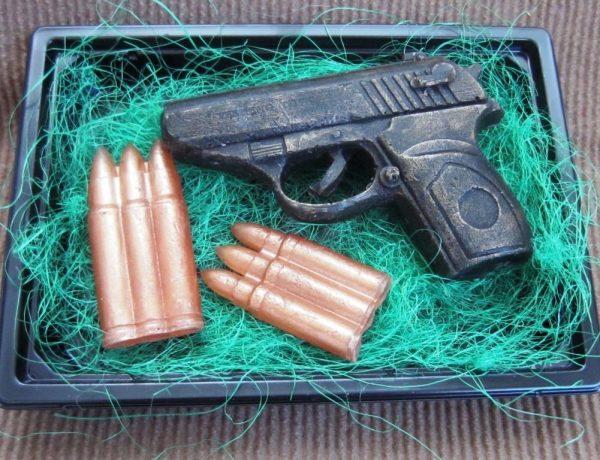 Мыло в виде пистолета и патронов
