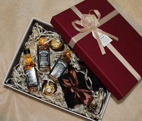Подарок на 23 февраля в коробке