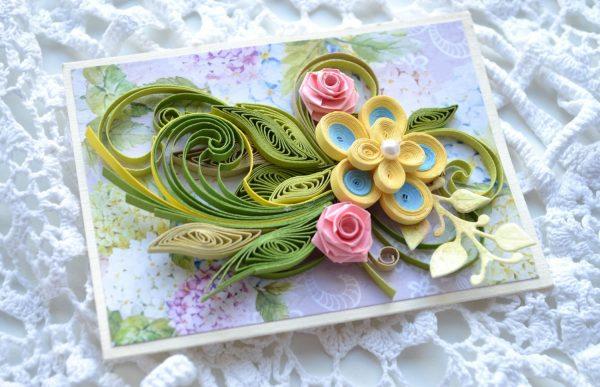 Цветы и зелень украшают открытку