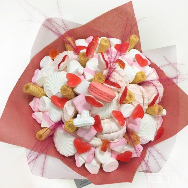 Нежный букет из сладостей