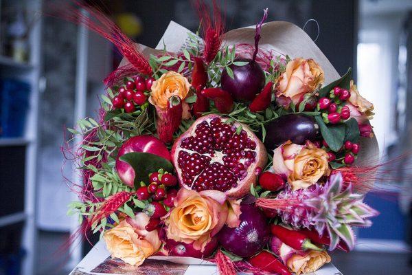 Букет из фруктов и цветов