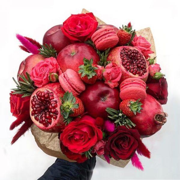 Букет из фруктов, цветов, макарони