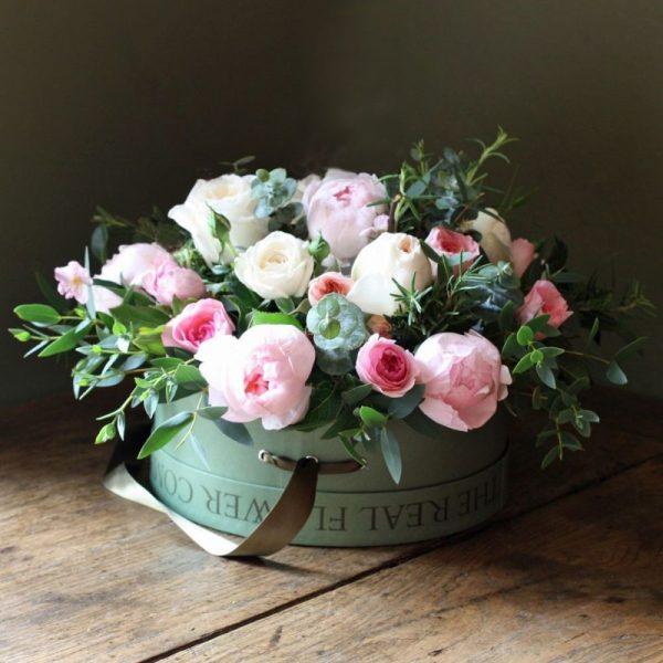 Розы в круглой коробке