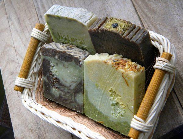 Кусочки мыла в корзине